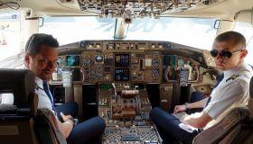 Сколько зарабатывают пилоты и стюардессы